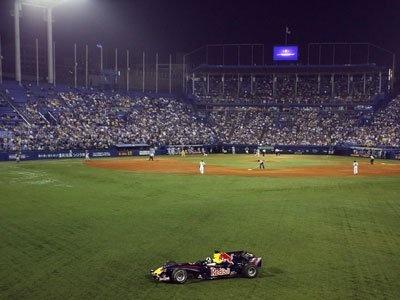神宮球場のヤクルト×阪神戦に登場したレッドブル・レーシング。5回裏ヤクルトの攻撃の後、世界初の球場ランを決めた
