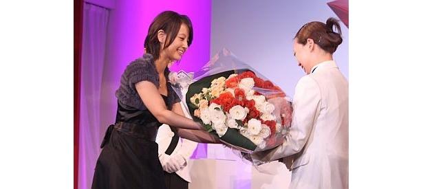 プレゼンターとして花束を贈呈する堀北さん