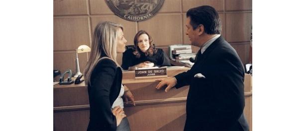 娘の弁護士と裁判所で対決するシーン