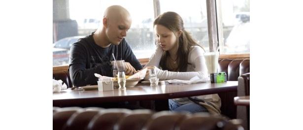 同じ白血病の彼氏とデートするシーン