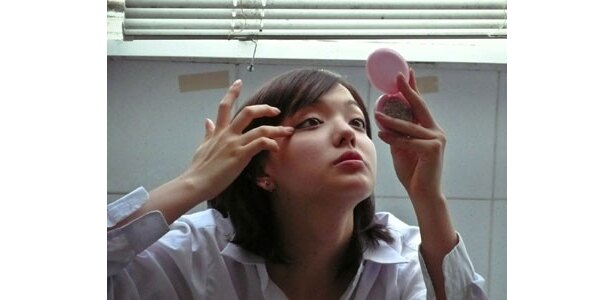 フレッシュな我妻三輪子が見せるキュートな表情も注目!