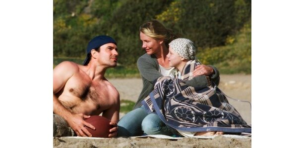 家族で海に出かけるシーン。明るく平和な光景