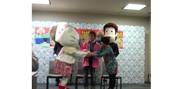 記者会見では、島田さんがキティちゃんにギャグを伝授するシーンも