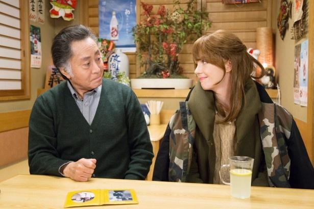 1月20日(金)放送の「3匹のおっさん3」第1話で久しぶりの共演を果たす北大路欣也とシャーロット・ケイト・フォックス