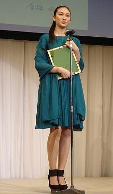 香椎さんはグリーンのドレスで登場!