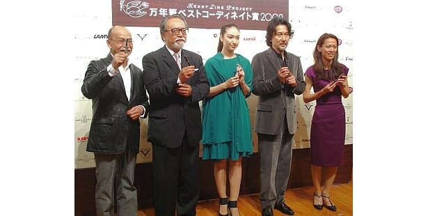 左から受賞者の玉村さん、玉木さん、香椎さん、役所さん、有森さん