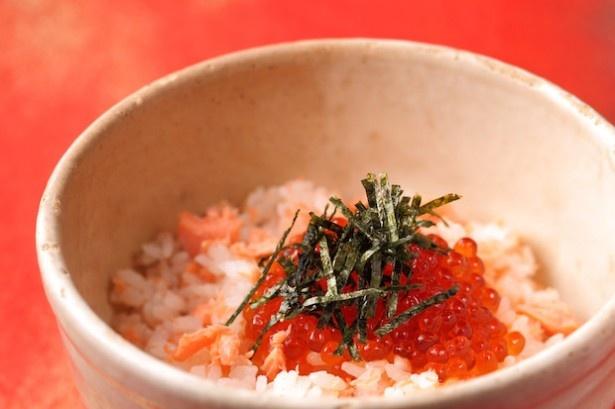 鮭とイクラをのせた宮城県の郷土料理「はらこ飯」