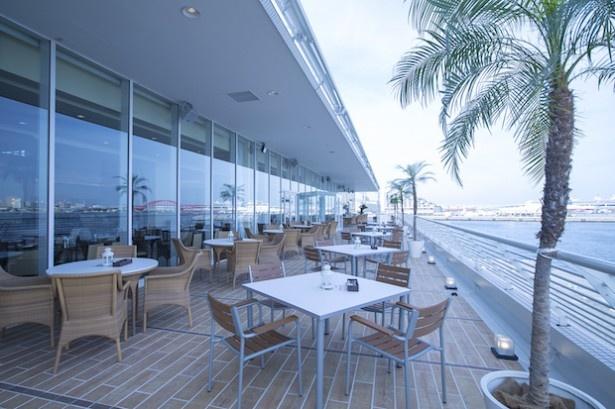 レストランのテラス席からは神戸港が一望できる