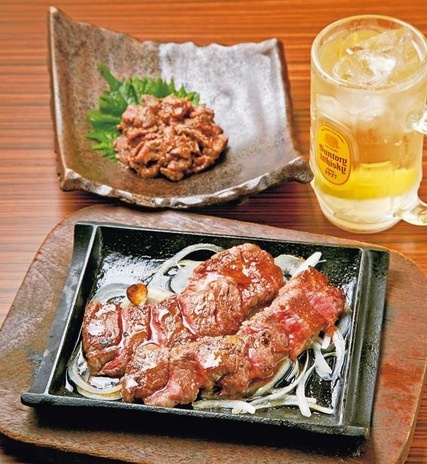 「本日の赤身肉の鉄板ステーキ」(1598円)がおすすめで、「黒毛和牛わさび味噌のなめろう」(1058円)はお酒と相性抜群!/肉タレ屋 なんばBAL店