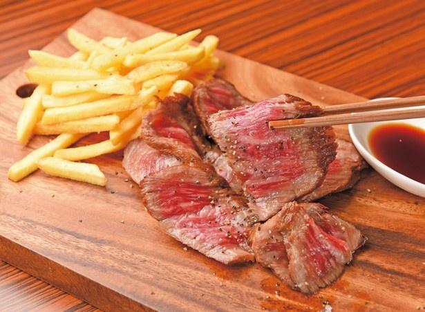「和牛ランプ ステーキ150g」(2980)。肉質5等級で、サシが入りながらもあっさりとしたあと味が魅力。甘味の強い醤油&ワサビで食べるとよりあっさり/肉バル GAM