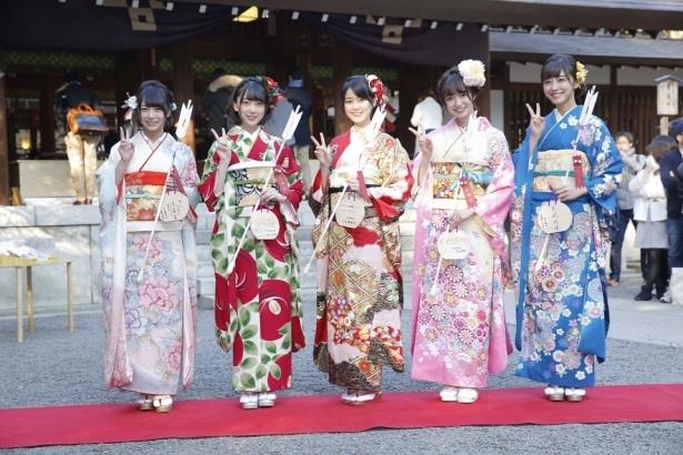 乃木坂46の新成人メンバー。(左から)北野日奈子、堀未央奈、生田絵梨花、中元日芽香、斎藤ちはる