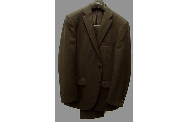 西友から発売となったGeorgeの「紳士セットアップスーツ」。ジャケットには携帯・ペン用ポケット付き、ボトムは家庭で洗えるウォッシャブルタイプだ