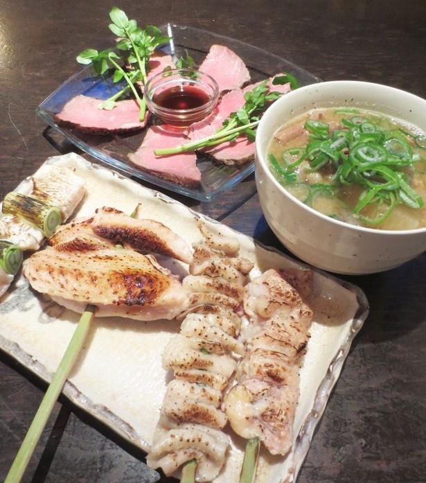 「串処 勘九郎」の串焼きは1本90円~で、もつ煮込み480円やローストビーフ780円なども人気メニュー