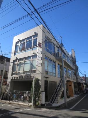 スタイリッシュな建物には、ビストロや寿司などの飲食店も