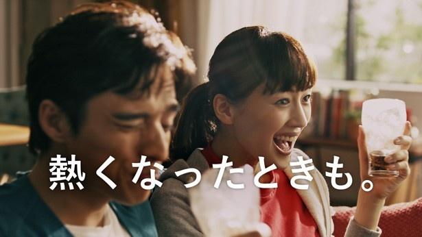 コカ・コーラ新CMで、綾瀬はるかと満島真之介はカップル役を演じる