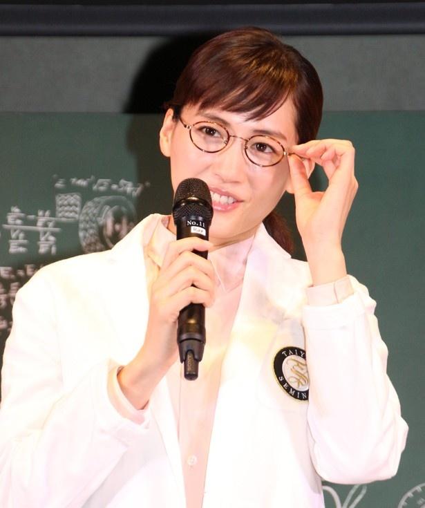 【写真を見る】綾瀬はるかはCMでもおなじみの眼鏡姿で登場