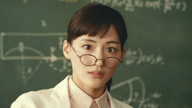 綾瀬はるかは新CMの眼鏡がずれ落ちるシーンで「タイミングが合わず苦労した」と明かした
