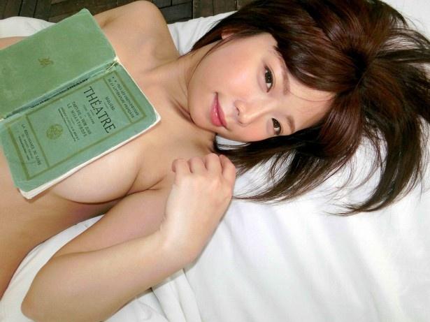 「『4パターンの撮り下ろしグラビア』はお気に入りです」と語る紗倉