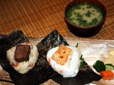 2個で5000円という超高級おにぎりが食べられるのは東京・銀座の「たらふくまんま」。写真は、肉じゃが(左)とキンキ(右) ※イメージです