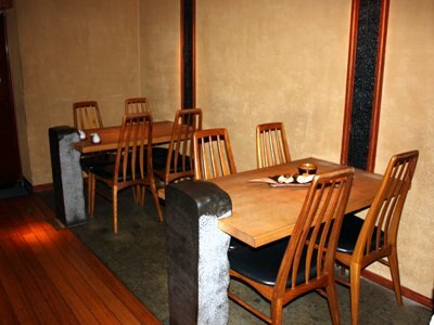カウンター以外にも、テーブル席もあり。(5〜6名での利用は個室も用意)