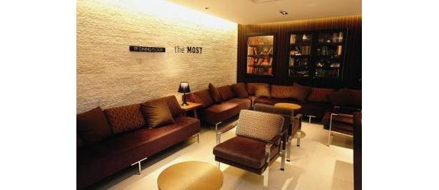 9階にはラグジュアリーなソファが