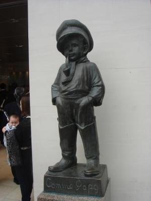 かわいい銅像は変わらずに正面入口でお出迎え