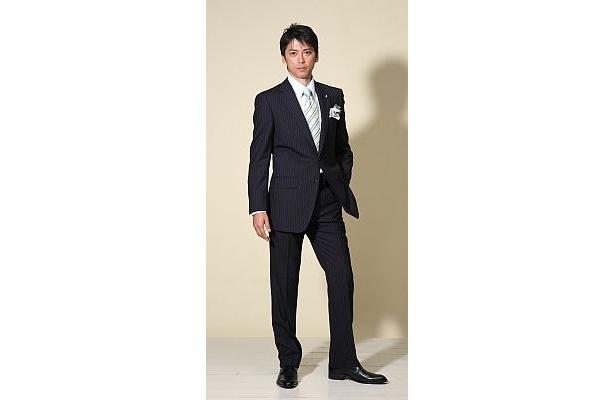 スーツはスッキリとしたシルエットでデザイン性も高い