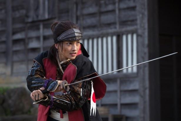 華麗な剣技を見せる黒木メイサ