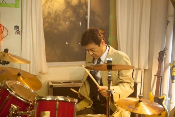 「就活家族~~きっと、うまくいく~」の第1話では、三浦友和がドラムをたたくシーンも!