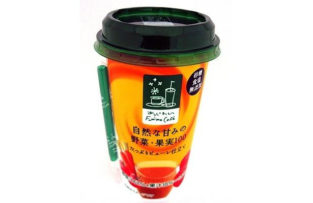 """トマト、ニンジンをベースに、16種類の野菜汁62%とリンゴやレモンの果汁38%をミックスした「あじわい Famima Cafe 自然な甘みの野菜・果実100」(168円)は、""""とろ〜り""""とした食感が特徴"""