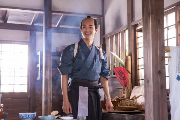 伴四郎(瀬戸康史)が料理で周囲の悩みを解決する!