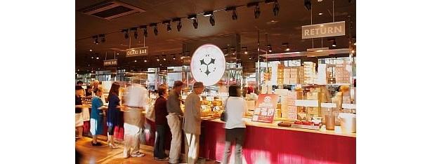 カウンターに8種類の人気おかきが並ぶ「フリーカフェ播磨屋ステーション東京銀座本店」。写真は霞が関店
