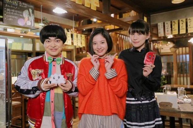 現場を訪れた加藤諒(左)とあ~ちゃん(右)は主演の吉高由里子(中央)とパシャリ