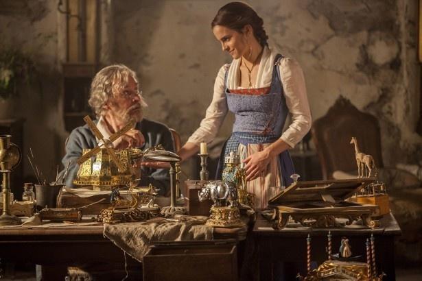 【写真を見る】発明家の父モーリスと主人公ベル