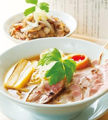 紀州鴨と阿波尾鶏のスープに魚介を加えたあっさり味の「味玉紀州鴨そば」 (970円)/燃えよ麺助