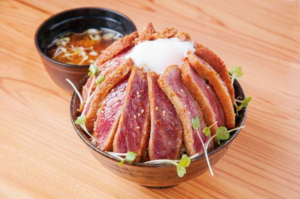 肉200gに温泉卵、カイワレ、ゴマをトッピングした「特盛 牛カツ丼」(940円)/牛カツのタケル 日本橋店