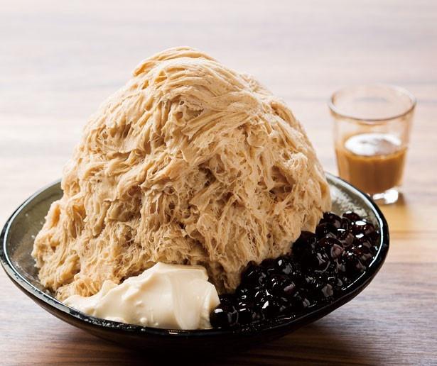ミルクティー味のかき氷に温かいタピオカを好みで添えて食べる「タピオカミルクティーかき氷」(1000円)/ICE MONSTER グランフロント大阪