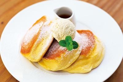 ふわふわで、口溶けのよい食感がたまらない「幸せのパンケーキ」(1100円)/幸せのパンケーキ 梅田店