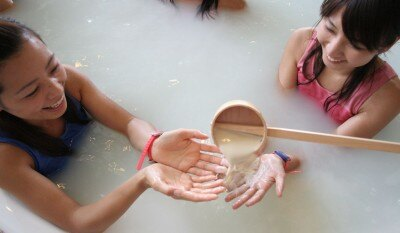 豆腐屋に扮したスタッフが本物の豆乳を風呂に投入(ダジャレ!)するデモンストレーションも