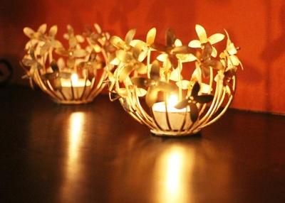 卓上に置くキャンドルは今の季節にピッタリな重厚であたたかみのある高級アロマの香り