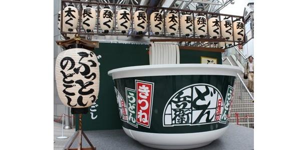 渋谷109に突如出現した、巨大どん兵衛のオブジェ