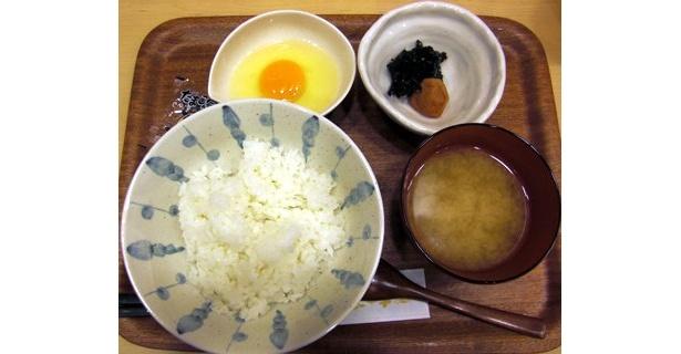 記者が頼んだのは、「紀州梅&有明産ののりの佃煮」のトッピングのセット。一品ずつ個別に盛られているのがうれしい
