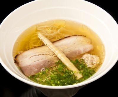 第1位に輝いた「元」の塩らあめん(750円)。 モンゴル岩塩を使った塩ダレや伊達鶏の鶏湯が、鶏のうま味を強調している