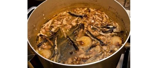 「元」では、首ガラとサンマ節にモミジや香味野菜も加え、鶏の旨味が凝縮された清湯スープを完成させる