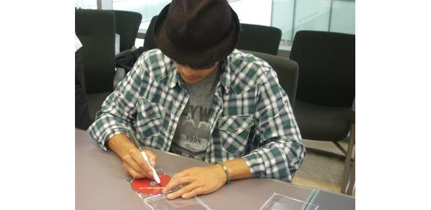 CDに直筆サインを入れているイ・ビョンホン