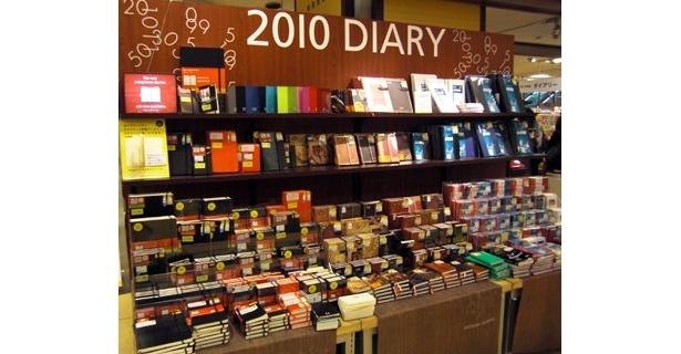 """今年も出そろった2010年版手帳。タイプは違えど、画一的ではなく""""自分らしい""""使い方ができるものが群を抜いて売れているようだ (渋谷ロフト)"""