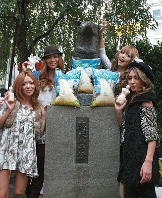 渋谷駅にあるハチ公と一緒に記念撮影をするノギャルプロジェクトに参加する4人。左から田母神智子さん、藤田志穂さん、板橋瑠美さん、KEIさん
