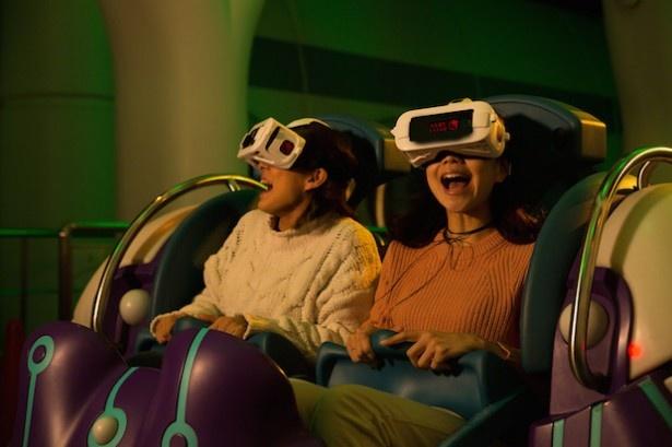 ゴーグルを装着すれば360度創り込まれたパークオリジナルの3D映像が見られる(画像提供:ユニバーサル・スタジオ・ジャパン)