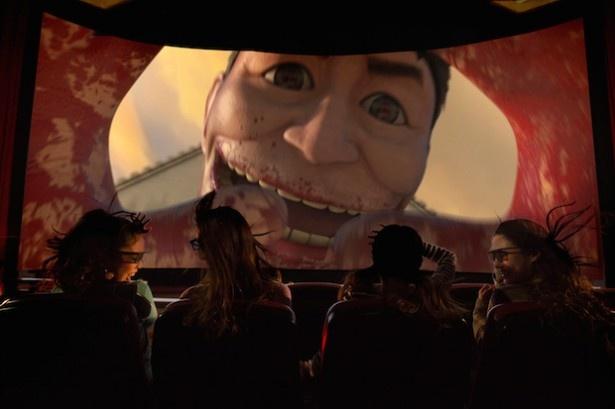 """60m級の""""超大型巨人""""と屈指の強敵""""鎧の巨人""""が登場する「進撃の巨人・ザ・リアル 4-D:2」(画像提供:ユニバーサル・スタジオ・ジャパン)"""