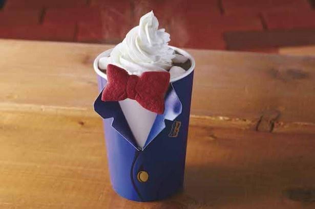 """コナンの衣装をモチーフにしたドリンクカップに、""""蝶ネクタイ型変声機""""が付いた「コナン・ホットチョコレート・ドリンク」(画像提供:ユニバーサル・スタジオ・ジャパン)"""